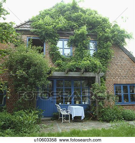 Fotos - muebles, en, patio, delante de, ladrillo, casa de campo, con ...