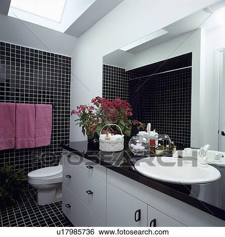 Noir blanc, carrelé, salle bains, à, rose, serviettes, et, a, lucarne  Banque de Photographies