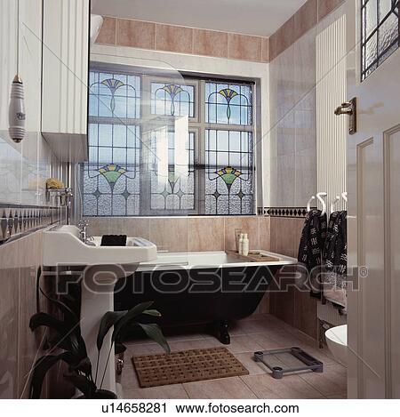 Noir, clawfoot, bain, devant, fenêtre verre souillée, dans, rose, marbre,  traditionnel, salle bains Banque d\'Image