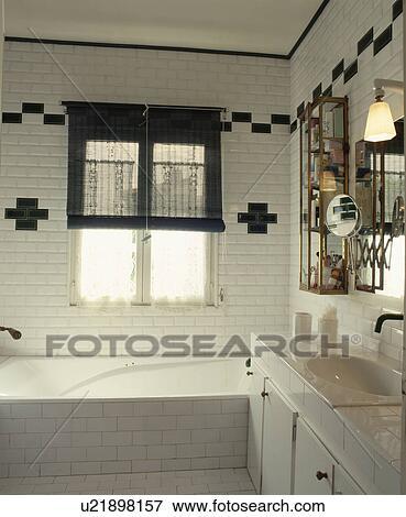 Noir, split-cane, aveugle, sur, fenêtre, au-dessus, bain, dans, moderne,  blanc, carrelé, salle bains, à, noir, carrelage, modèle Banque de Photo