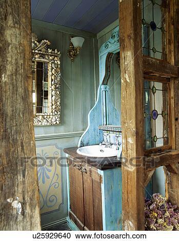 Ouvert, rustique, porte bois, à, petit, vert, lambrissé, salle bains, à,  bassin, ajusté, dans, turquoise, placard Banque d\'Image