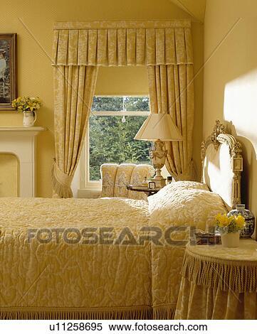 Banco de Imagem plido amarela damasco cortinas em janela e