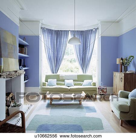Pastel Groen Sofa In Blauwe Woonkamer Met Blauwe Curtains 13 10 Stock Fotografie U10662556 Fotosearch