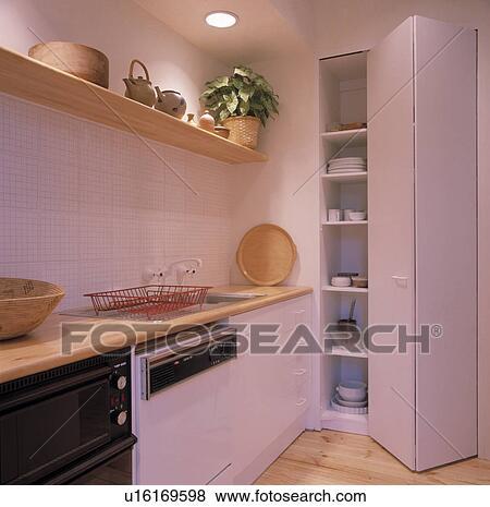 Piegatura, porta apre, su di, vasellame, su, mensole, in, moderno, bianco,  cucina, con, legno, mensola, sopra, andato bene, lavandino, e, lavapiatti  ...
