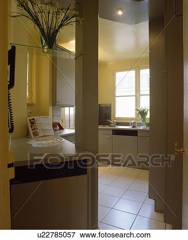Immagine - porta, con, vista, di, bianco, mattonelle pavimento, in ...