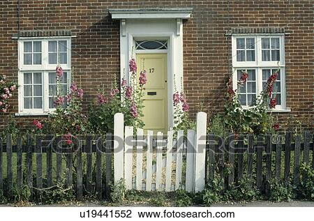 cfe1653ae007 Puerta blanca, en, cerca de madera, delante de, cabaña, con, blanco ...