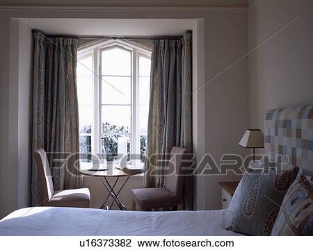 Roze Slaapkamer Stoel : Stock foto roze stoelen en klein metaal tafel voor