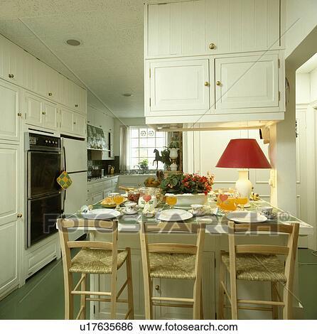 Rush seated, bois, chaises, et, rouges, lampe, sur, table, à, placer montages, dans, blanc, cuisine Banque de Photographies