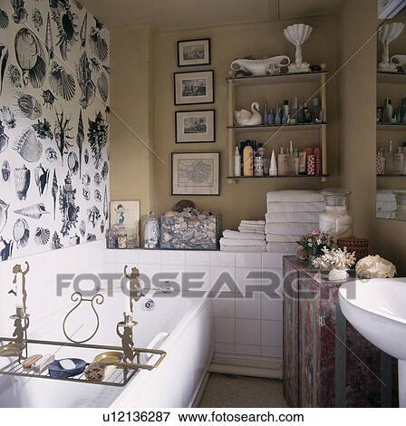 Bild   Schwarz Weiß, Seashell, Patterned Tapete, Auf, Wand, Oben, Weiß, Bad,  Mit, Messing, Gestell, In, Neutral, Badezimmer