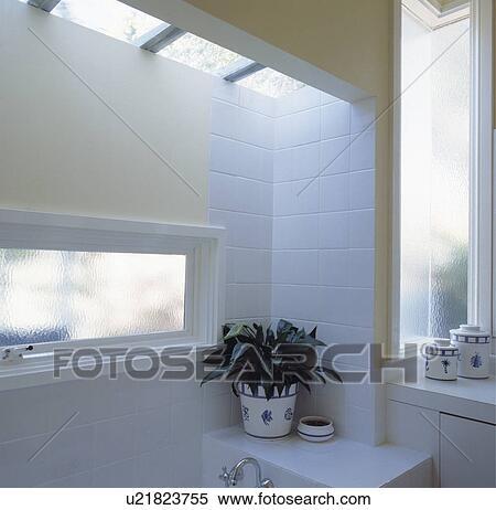 Stock Afbeelding - smalle, ondoorzichtig, glas venster, en ...