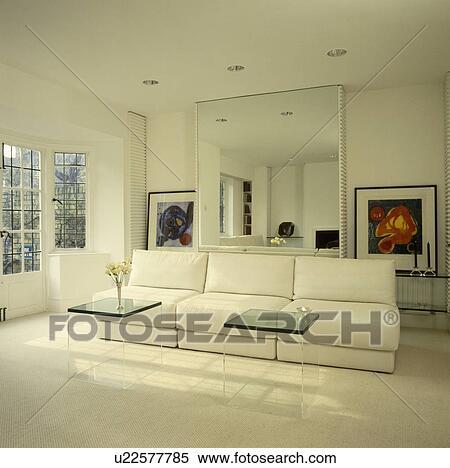 Sofà bianco, e, perspex, tavoli, sotto, grande, specchio, in, moderno,  uncluttered, soggiorno Archivio fotografico