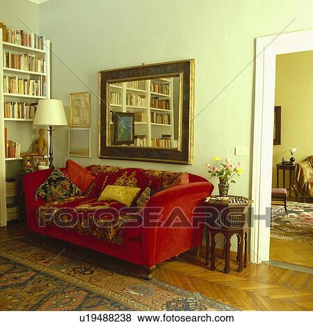 Specchio Sopra Divano.Specchio Sopra Rosso Velour Divano In Tradizionale Soggiorno Archivio Fotografico