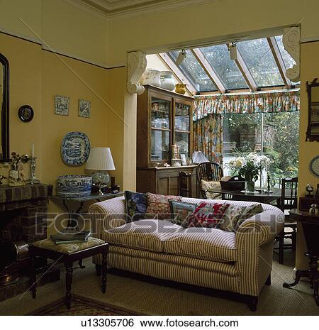 Archivio di Immagini - strisce, divano, in, soggiorno, con, glass ...