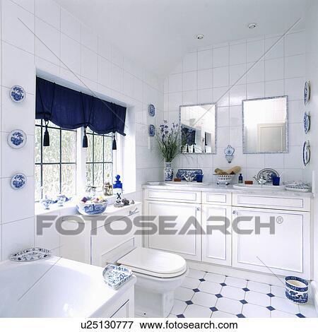 Tasselled, Blau, Blenden, In, Weiß, Badezimmer, Mit, Spiegel, Oben,  Doppelgänger, Becken, Und, Weiß Blau, Tiled Boden