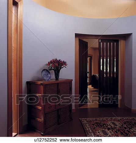 Teak, cassettiera, in, moderno, grigio, circolare, salone, con, porta  aperta, a, soggiorno Archivio Immagini