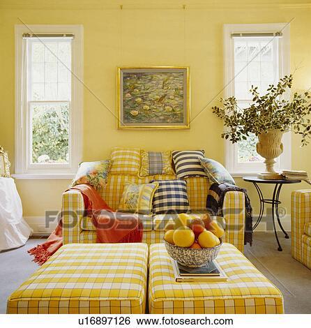 Stock Afbeeldingen - traditionele, gele, woonkamer, met, gele ...