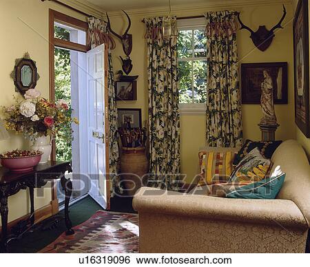 Stock Bild   Traditionelle, Gelb, Hütte, Wohnzimmer, Mit, Nachgebildet,  Vorhänge