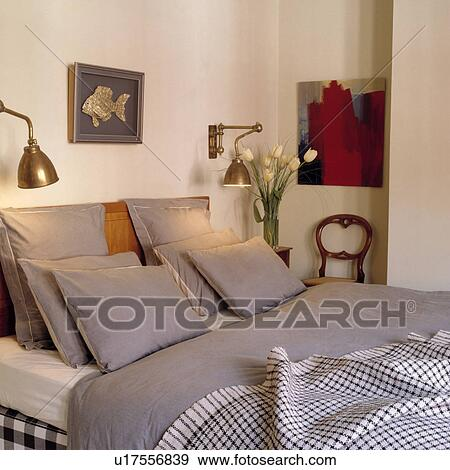 Traditionnel, blanc, chambre à coucher, à, laiton, lampes mur, et, gris,  lindu lit Banque de Photo