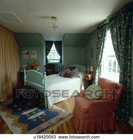 Turquoise, lit bois, à, blanc, lin, dans, pâle, turquoise, chambre à ...