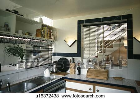 Immagini cieco sopra doppio acciaio lavandino in - Finestra sopra lavello cucina ...