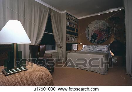 Grijze Slaapkamer Lamp : Stock fotografie verlicht witte lamp en grijze gordijnen in