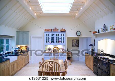 Alt Kiefer Tisch Und Stuhle In Weiss Landhauskuche Mit Schwarz Aga Und Halogen Beleuchtung Auf Gestrahlt Decke Dachfenster Stock