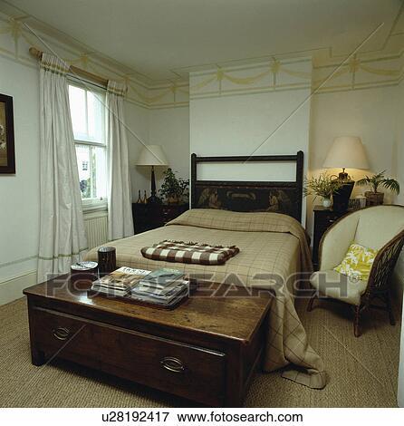 Antiquité, chêne, poitrine, au-dessous, lit, à, vérifié, beige, couverture,  dans, masculin, chambre à coucher, à, peinture, effet, frontière, sur, mur  ...