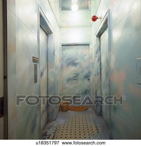 Appartement Salle à Trompe L Oiel Peinture Effet Nuages Sur Murs Et Porte Banque De Photo