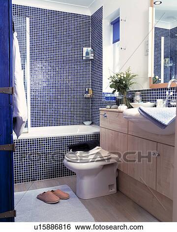 El Bano Azul.Azul Mosaico Azulejos Rodear El Bano Y Ducha En