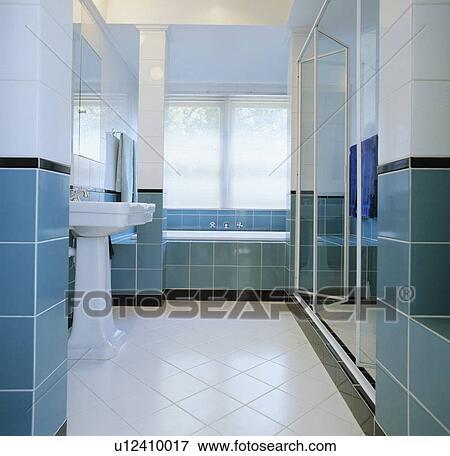 Blanc, dalles, dans, moderne, turquoise, et, blanc, carrelé, salle bains  Banque de Photo