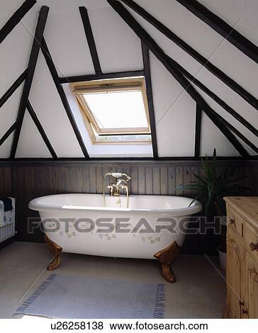 Blanc pied clawfoot bain floral stencil au dessous velux fen tre dans rayonn - Velux salle de bain ...