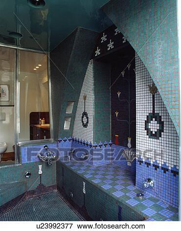 Bleu turquoise, et, blanc, modelé, mosaïque, mur carrelé, au-dessus, bain  submergé, dans, moorish-style, salle bains Banque de Photo