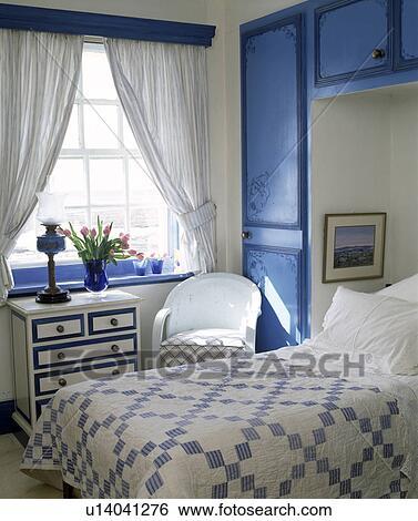 Blue+white, patchwork, édredon, lit, dans, alcôve, à, ajusté, bleu,  armoires, dans, chambre à coucher, à, blanc, rideaux Banque de Photographies