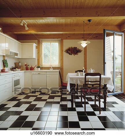 Bois Plafond Et Black White Carreaux Ceramique Plancher Dans