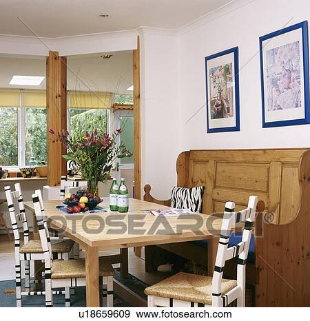Bois, régler, et, table, dans, blanc, salle manger, à, noir blanc, peint,  chaises, à, jonc, sièges Banque de Photo