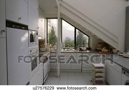 Compatto, moderno, bianco, attico, cucina, con, vista, di, giardino ...