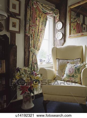 Stock Fotografie Creme Sessel Und Blumen Vorhange In Hutte