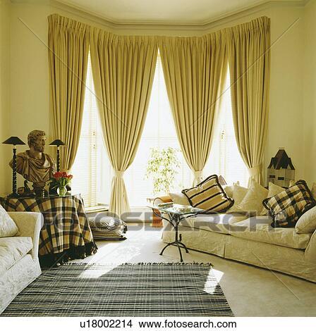 Creme, Sofa, Und, Gelbe Vorhänge, In, Traditionelle, Wohnzimmer