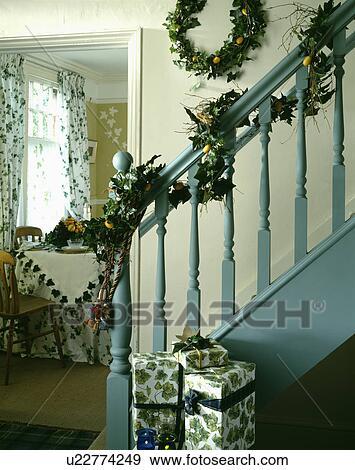 Escalier A Lierre Guirlande Sur Pastel Bleu Rampes Et Lierre Couronne Sur Mur Dans Salle Decore Pour Noel Banque De Photo