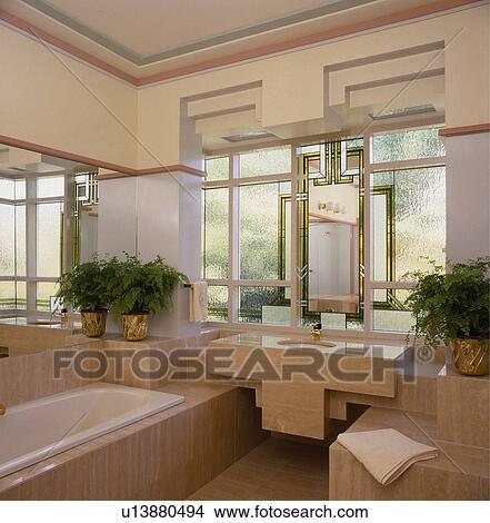 Fenêtres vitraux, dans, moderne, salle bains, à, bain, et, bassin,  ensemble, dans, travertin, carrelage Image