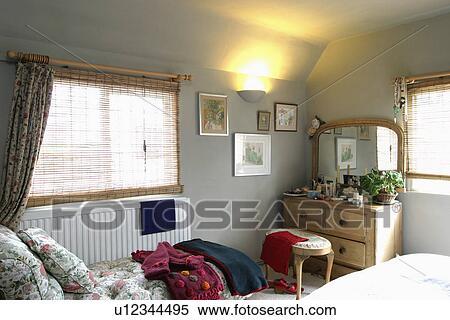 banque d 39 image fente canne abat jour sur fen tre au dessus radiateur dans petit gris. Black Bedroom Furniture Sets. Home Design Ideas