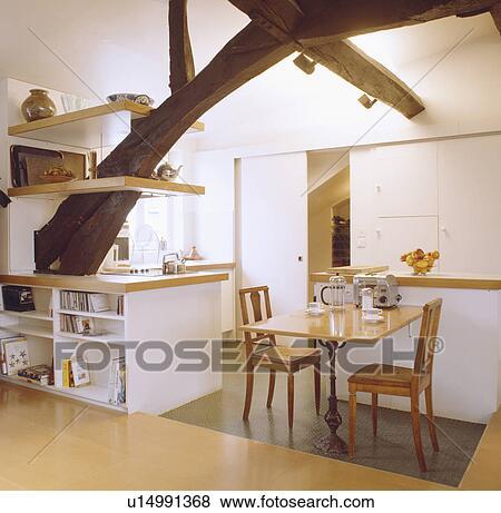 Gepaßt, Geschirrschrank, Und, Regale, Auf, Groß, Rustikal, Balken, In,  Modernes, Weiß, Dachgeschoss, Kueche, Mit, Hölzern, Stühle, Und, Tisch