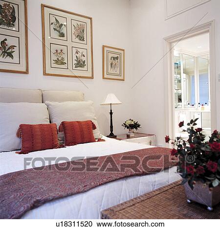 Grand, blanc, chambre à coucher, à, encadré, images mur, et, rouge blanc,  coussins, lit Banque d\'Image