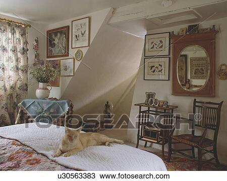Stock Foto - kat, op bed, in, huisje, slaapkamer, met, antieke ...