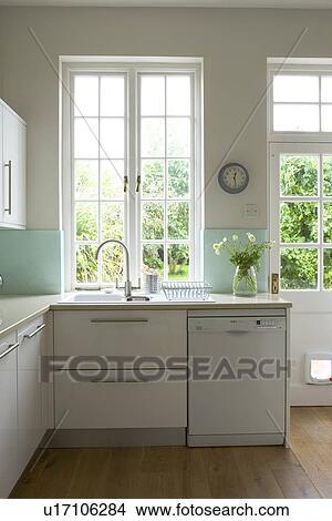 Lavandino, e, lavapiatti, sotto, finestra, in, moderno, bianco, cucina  Immagine