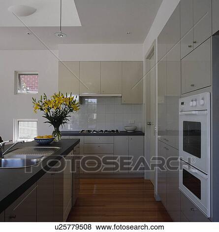 Lavandino, in, isola, unità, in, grande, moderno, grigio, e, bianco, cucina  Archivio Fotografico