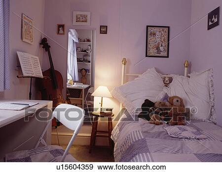 Stockfotografi - lighted, lampe, og, spejl, foruden, messing, seng ...