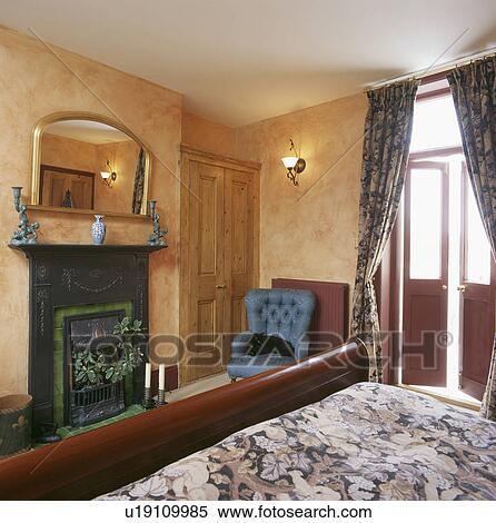 Banque d 39 image marbr peinture effet sur murs dans chambre coucher wall light et - Miroir dans chambre a coucher ...