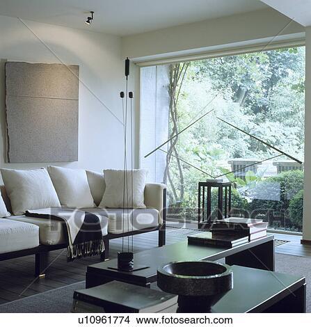 Stock Foto Modernes Weiss Wohnzimmer Mit Weisses Sofa Und Gross