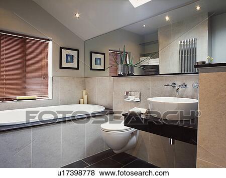 a3b60951fc Archivio Fotografico - moderno, pavimentato, bagno, con, uno, grande,  specchio